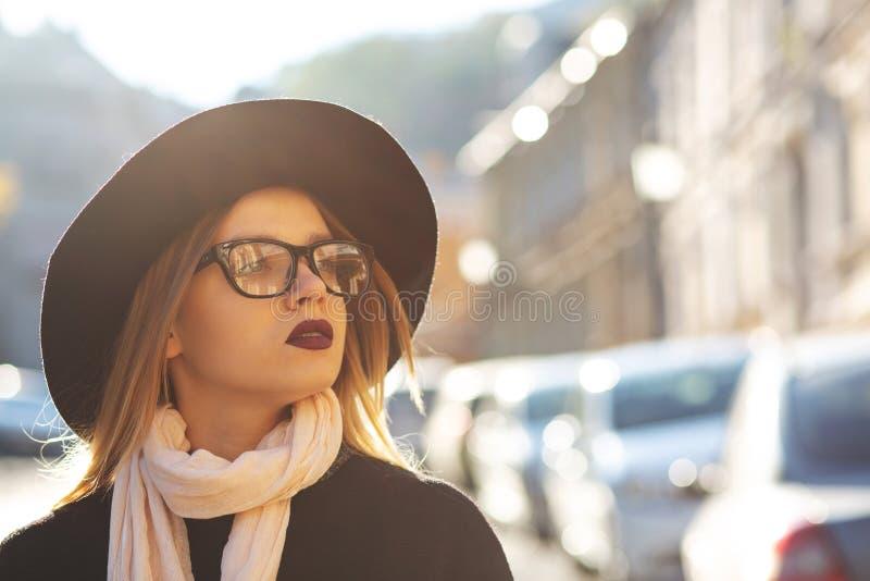 Portrait urbain de modèle blond magnifique avec les lèvres rouges portant le gl images stock