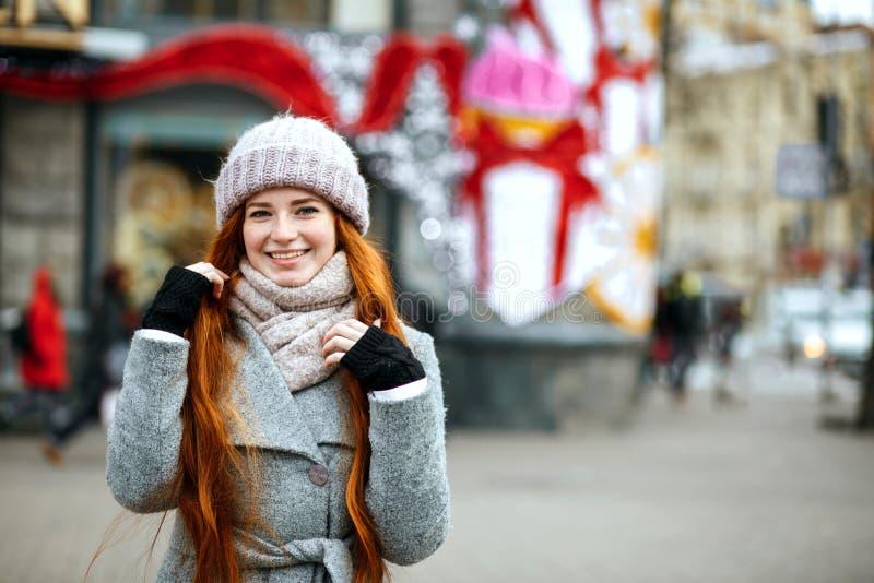 Portrait urbain de modèle délicieux de gingembre avec le long port de cheveux image stock