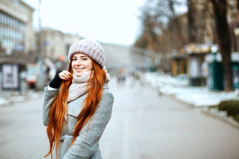 Portrait urbain de modèle positif de gingembre avec de longs cheveux portant W photos libres de droits