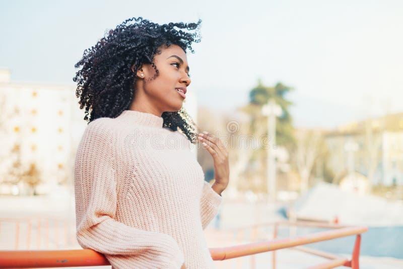 Portrait urbain noir de sourire de jour ensoleillé de fille photographie stock
