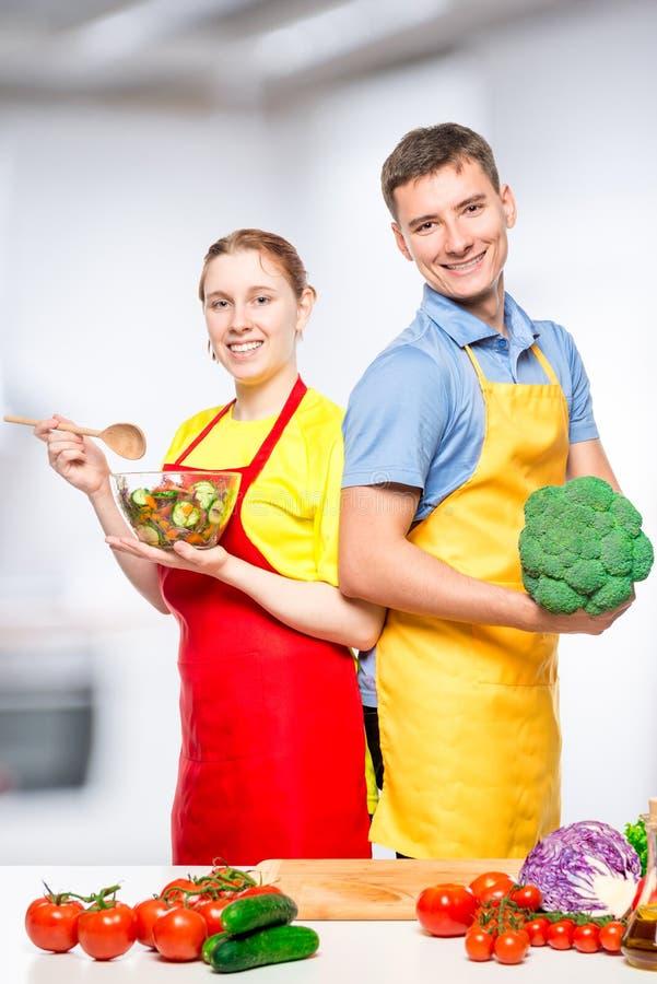 Portrait vertical d'un ajouter heureux aux légumes et à la salade photographie stock libre de droits