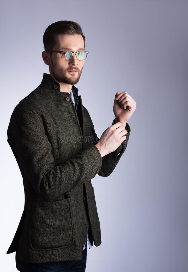 Portrait vertical d'un jeune homme bel dans le manteau Verres et b photos libres de droits