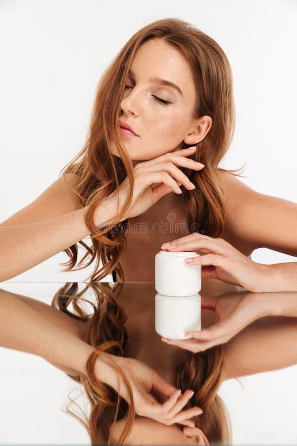 Portrait vertical de beauté de femme de gingembre avec de longs cheveux images libres de droits