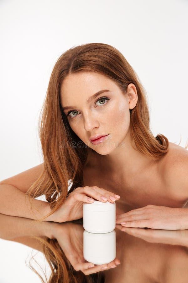 Portrait vertical de beauté de femme de gingembre avec de longs cheveux photographie stock