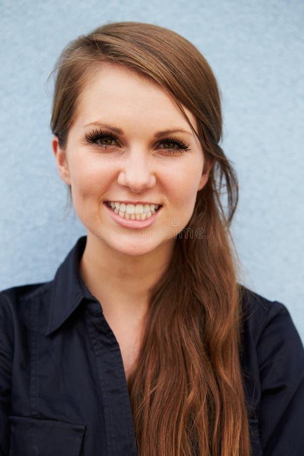 Portrait vertical de jeune femme caucasienne de sourire image libre de droits