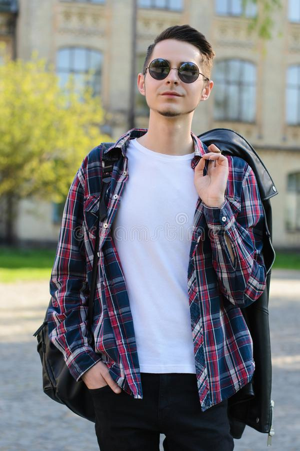 Portrait vertical de photo de veste macho belle fière assurée de participation de type sur l'épaule images stock