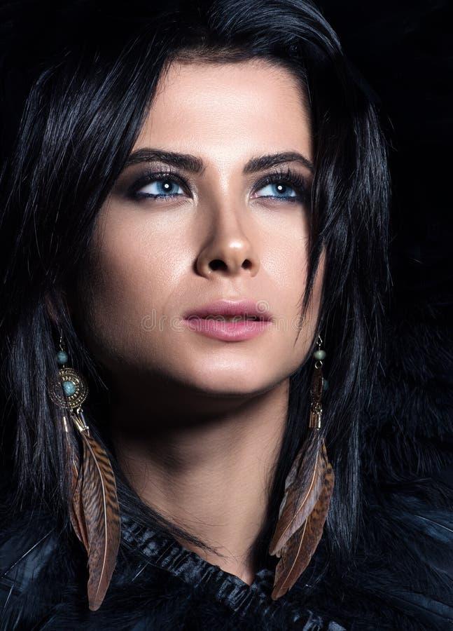 Portrait vertical de plan rapproché de beauté Beau jeune femme avec des œil bleu photographie stock libre de droits