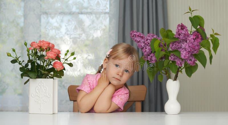 Portrait violet de fleur de ressort d'une fille rêvante images libres de droits