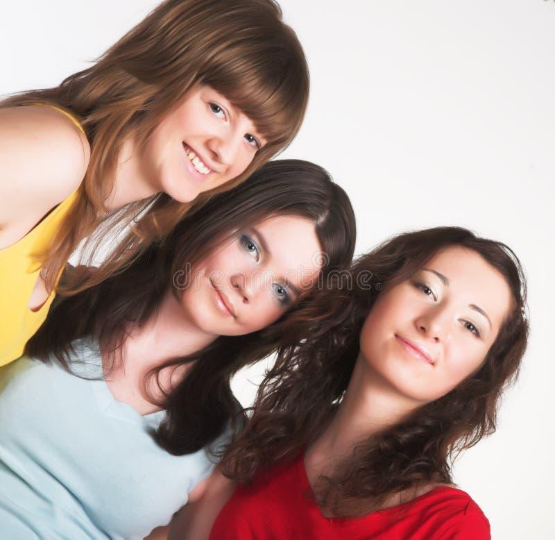 Portrait von drei lächelnden attraktiven Mädchen stockbild