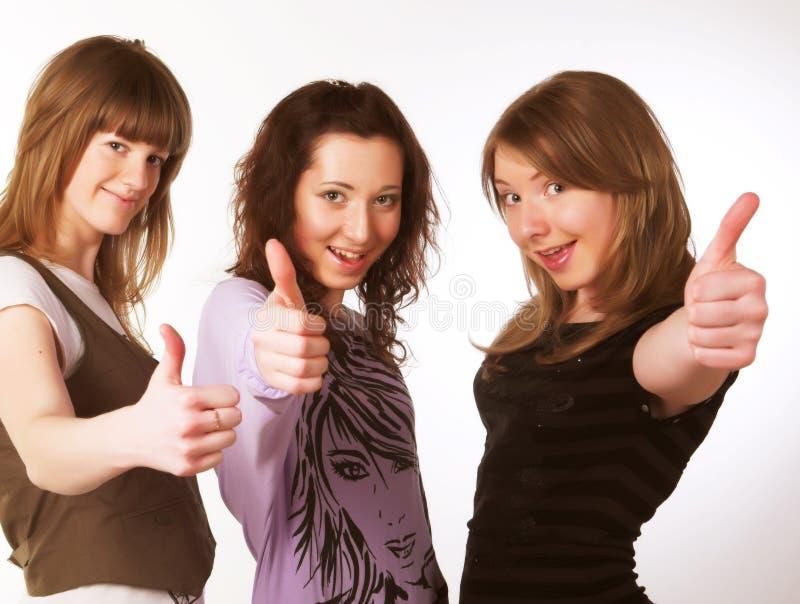 Portrait von drei lächelnden attraktiven Mädchen stockfotografie