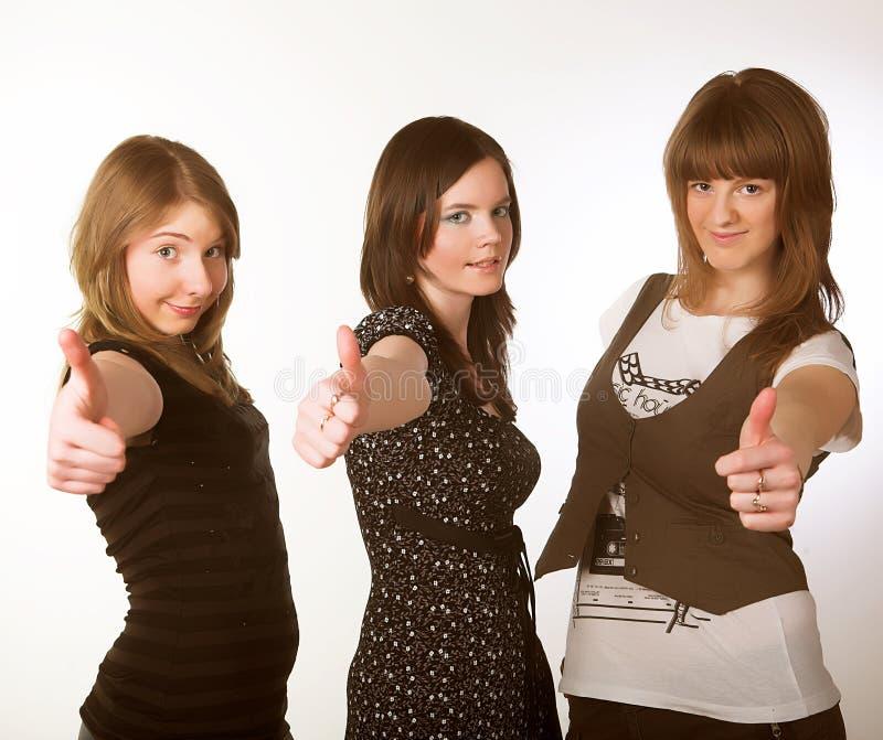 Portrait von drei lächelnden attraktiven Mädchen lizenzfreies stockfoto