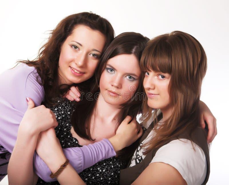 Portrait von drei lächelnden attraktiven Mädchen lizenzfreies stockbild