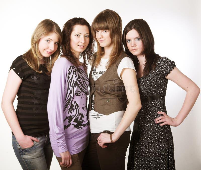 Portrait von drei lächelnden Freundinnen lizenzfreie stockfotos