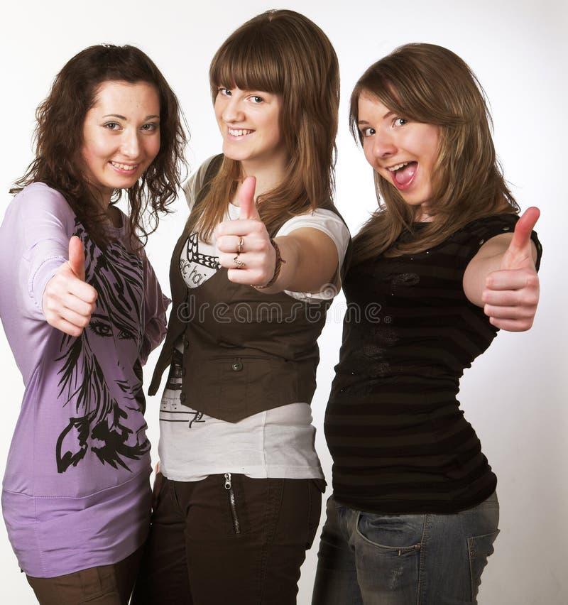 Portrait von drei lächelnden Freundinnen stockfotografie