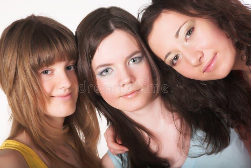 Portrait von drei lächelnden Freundinnen lizenzfreie stockfotografie