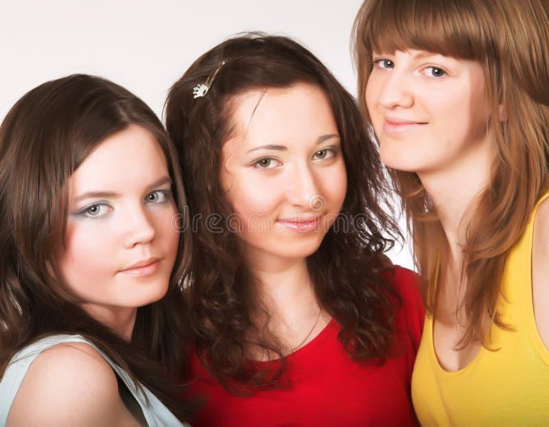 Portrait von drei lächelnden Freundinnen stockbilder