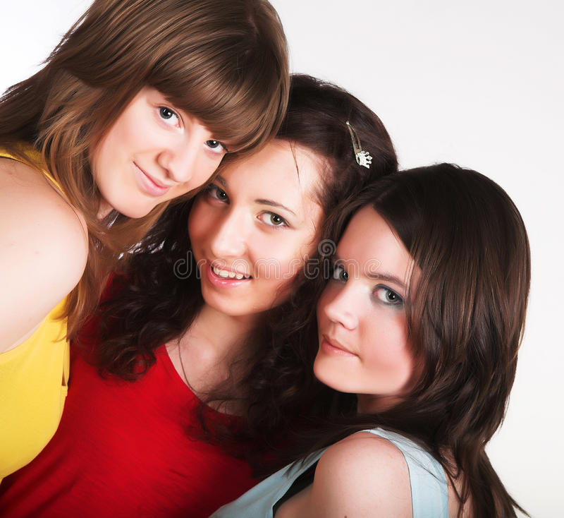 Portrait von drei lächelnden Freundinnen lizenzfreies stockbild