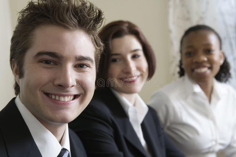 Portrait von drei lächelnden jungen Fachleuten. stockfoto