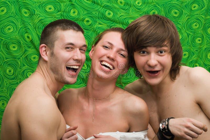 Portrait von drei lächelnden jungen Leuten