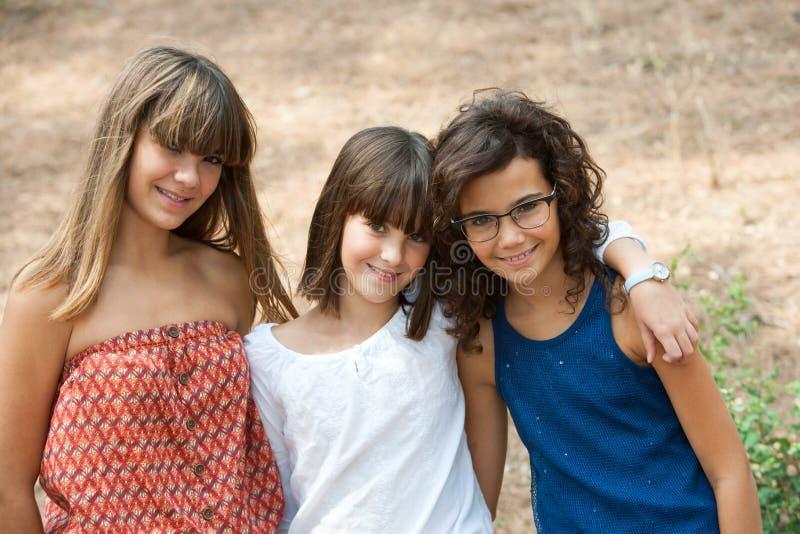 Portrait von drei netten Jugendlichen. stockbilder