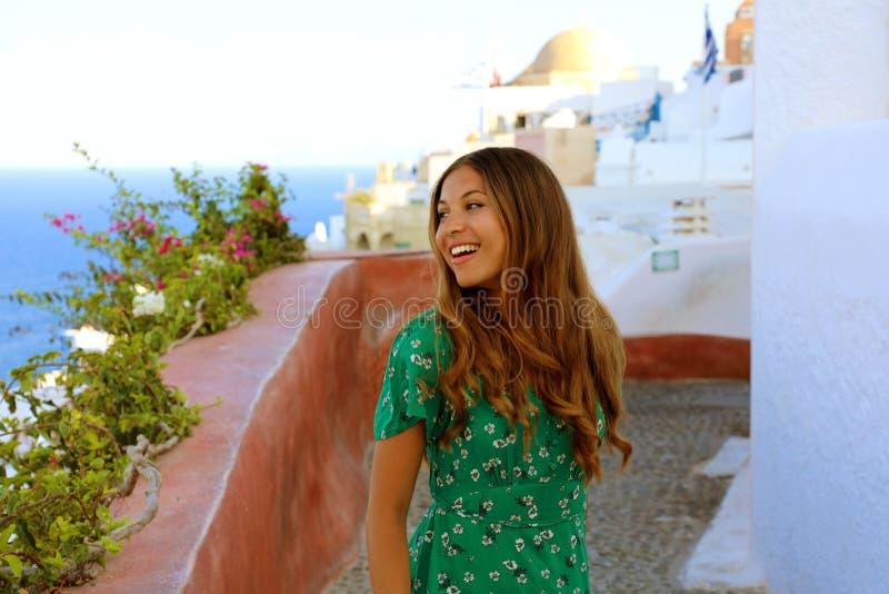 Portrait von fröhlichem Mädchen Tanzen und Lächeln in der berühmten Touristendestination Oia, Santorini Freie, glückliche junge F lizenzfreie stockbilder