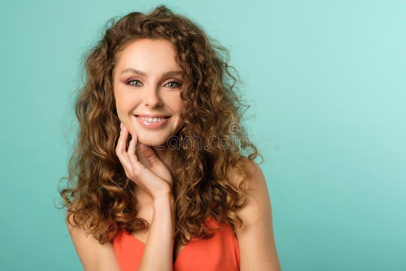 Portrait von hübschen Mädchen mit geschmeidigen Haaren lizenzfreies stockbild
