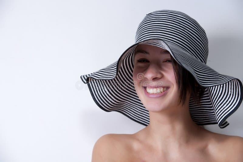 Portrait von Ihnen multi etnic Mädchen mit Sommerhut lizenzfreies stockfoto