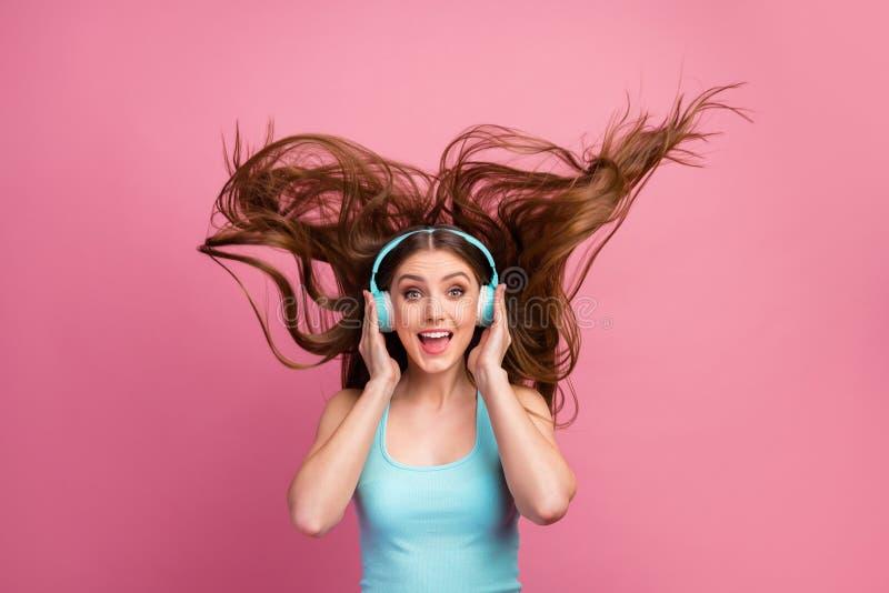 Portrait von ihrer schönen hübschen, hübschen, fröhlich fröhlichen, gerhaarigen Mädchen Stereo-Sound-Hörhörer stockfotos
