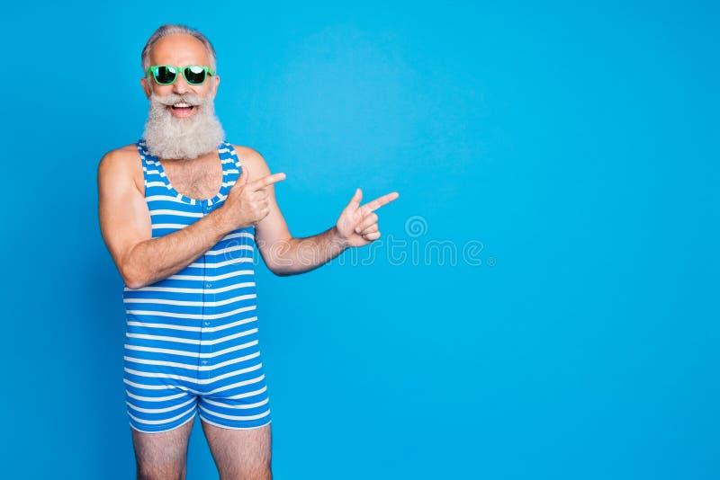 Portrait von nett ansprechenden, vertrauten Inhalten fröhlich fröhlich grauhaarigen Mann mit Rat und advert Lösung aussehen lizenzfreie stockfotos