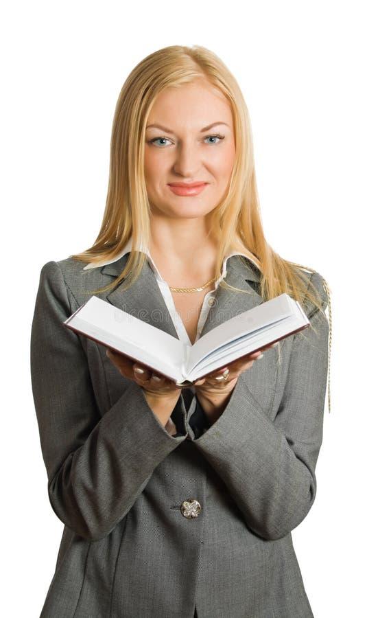 Portrait von recht blondem mit geöffnetem Buch stockbild