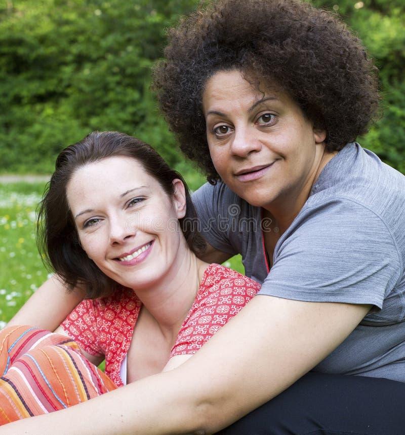 Portrait von zwei Frauen lizenzfreies stockbild