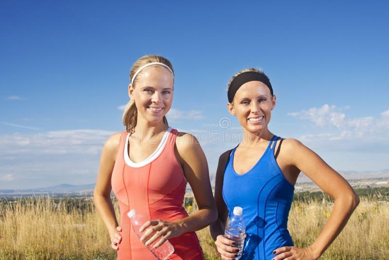 Portrait von zwei Frauen nach einem Training lizenzfreie stockfotografie
