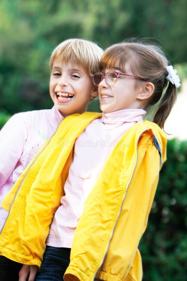 Portrait von zwei glücklichen Mädchen lizenzfreie stockfotografie