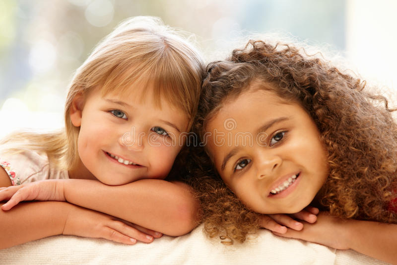 Portrait von zwei kleinen Mädchen stockfotografie