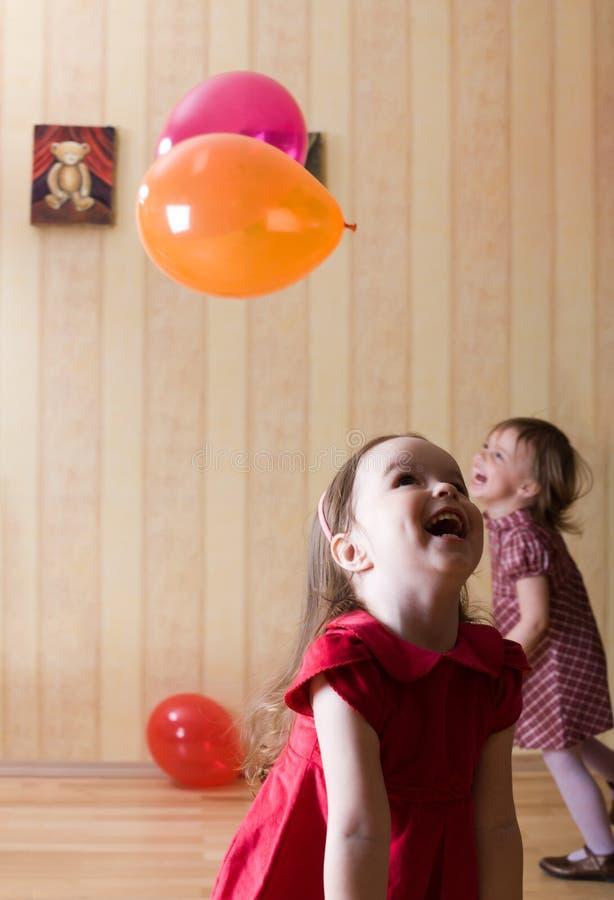 Portrait von zwei kleinen Mädchen, die mit Kugeln spielen stockbilder