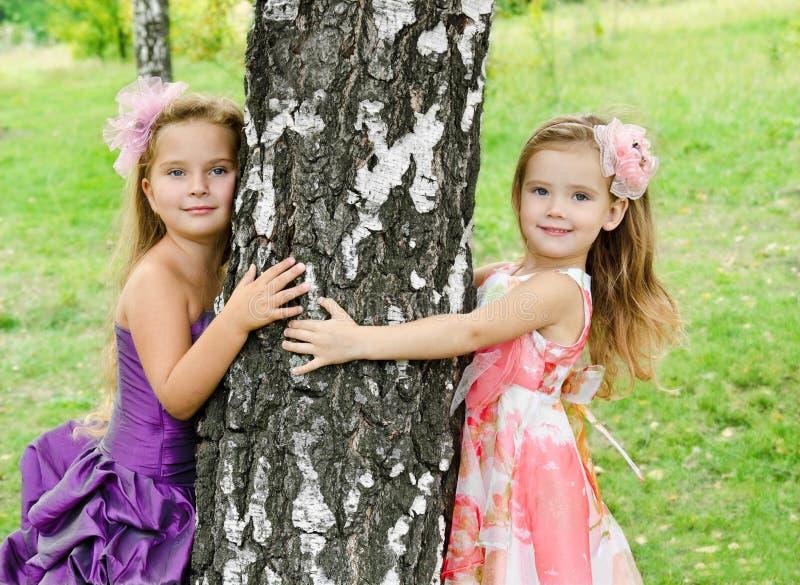 Portrait von zwei netten kleinen Mädchen lizenzfreie stockfotografie