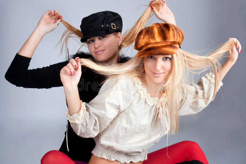 Portrait von zwei schönen Frauen, die Schutzkappen tragen stockbild
