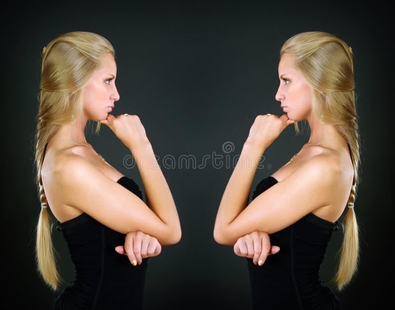 Portrait von zwei schönen Mädchen stockbilder