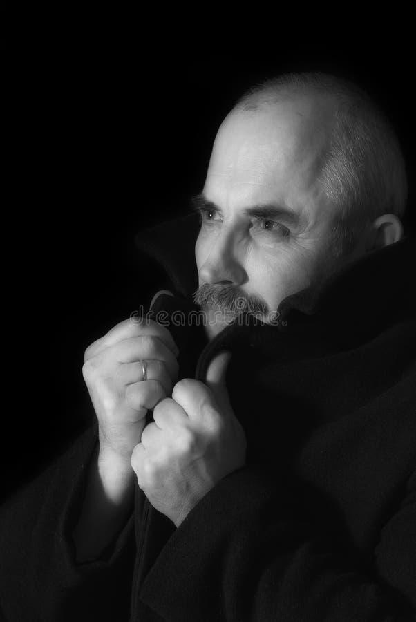Portrait (zurückhaltend) eines kaukasischen Mannes stockfotografie