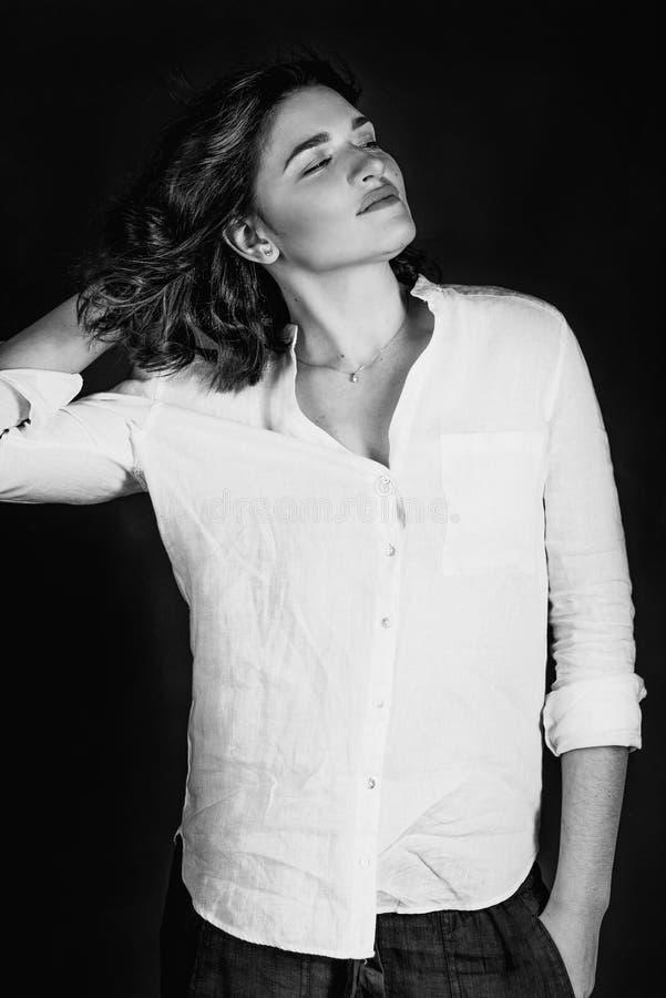 Portraite blanco y negro de los jóvenes, actriz sonriente hermosa de la mujer con el pelo marrón corto fotografía de archivo