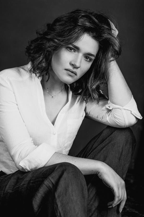 Portraite blanco y negro de los jóvenes, actriz triste hermosa de la mujer con el pelo marrón corto fotografía de archivo