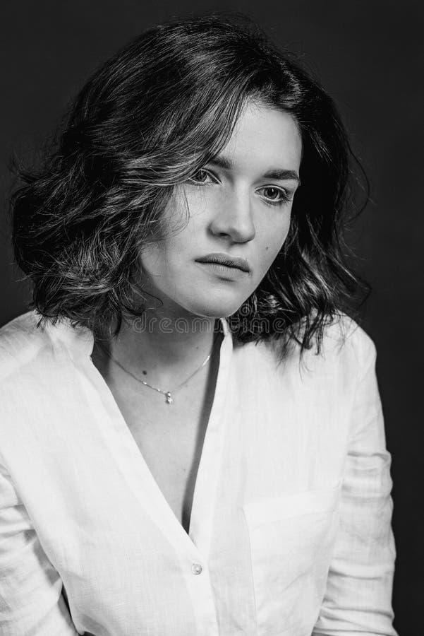 Portraite blanco y negro de los jóvenes, actriz triste hermosa de la mujer con el pelo marrón corto foto de archivo