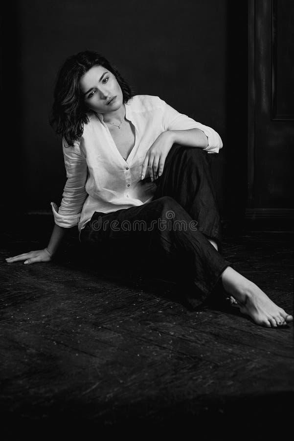 Portraite blanco y negro de los jóvenes, actriz triste hermosa de la mujer con el pelo marrón corto imagen de archivo