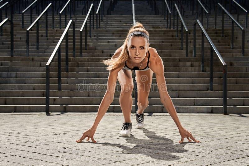 Portraite da menina nova da aptidão do esporte no treinamento Conceito do esporte foto de stock royalty free