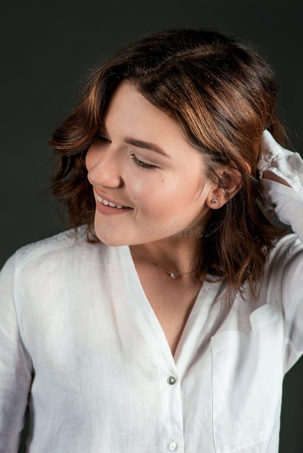 Portraite dos jovens, atriz de riso bonita da mulher com cabelo marrom curto imagem de stock