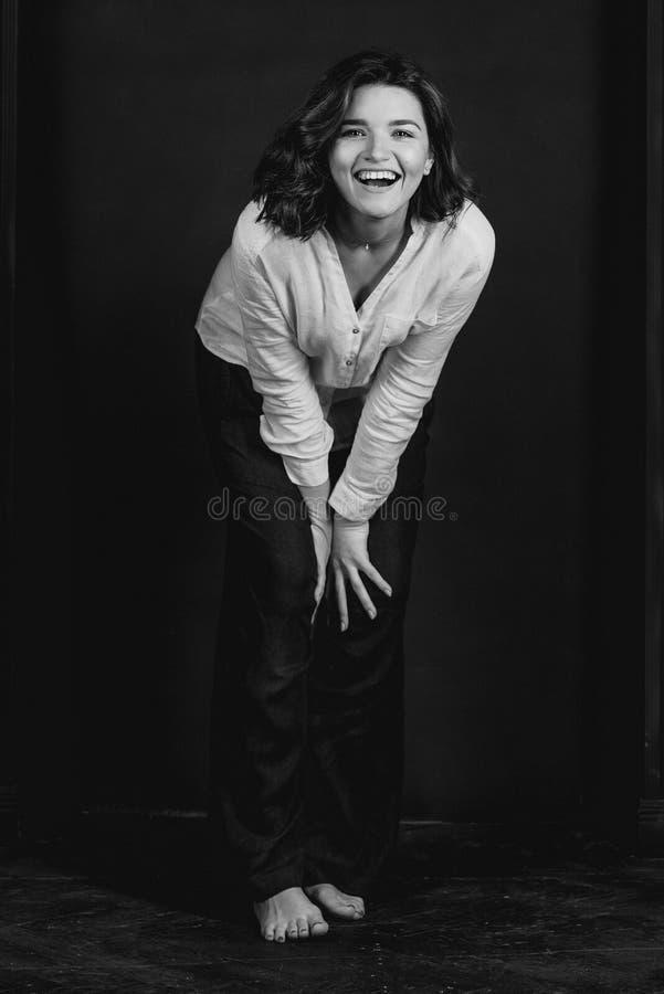 Portraite monocromático de los jóvenes, actriz sonriente hermosa de la mujer con el pelo marrón corto foto de archivo libre de regalías
