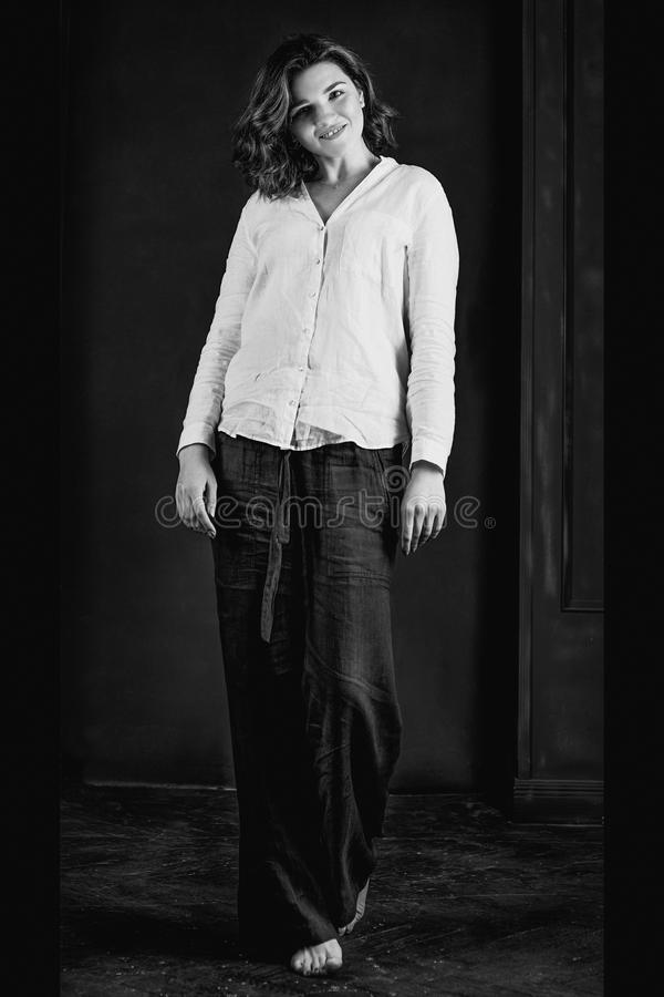 Portraite monocromático de los jóvenes, actriz sonriente hermosa de la mujer con el pelo marrón corto imágenes de archivo libres de regalías
