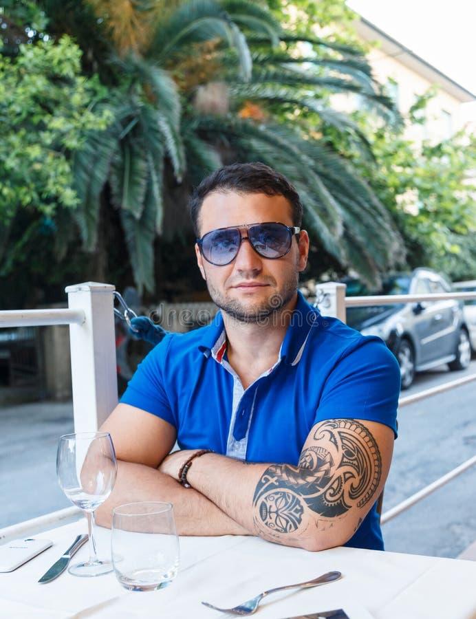 Portraite van een mens met tatoegering stock foto