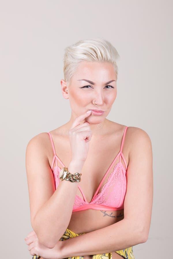 Portraite van sexy blonde met het doordringen royalty-vrije stock afbeelding