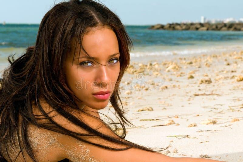 Portraitfrau auf dem Strand. stockfotos